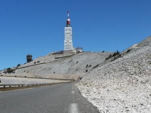 Die Wetterwarte auf dem Gipfel mit der nördlichen Rampe im Vordergrund Foto © Rsuessrb; http://commons.wikimedia.org/wiki/File:FranceMontVentouxSummitfromNW.jpg [12.11.2013], CC BY-SA 3.0. Zum Vergrößern auf das Bild klicken