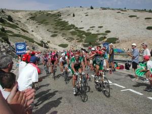 Erik Zabel, Christophe Mengin, Stuart O'Grady und ander Fahrer bei der Tour de France 2002 am Ventoux Foto ©  Christopher Voitus; http://commons.wikimedia.org/wiki/File:Mont_Ventoux.JPG [12.11.2013], CC BY-SA 3.0. Zum Vergrößern auf Bild klicken