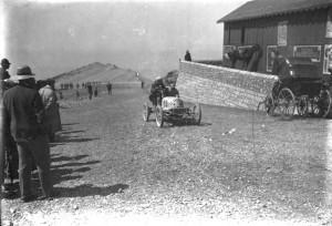 Eines der ersten Autorennen zum Gipfel des Ventoux 1906. Foto: Agence Rol/Bibliothèque nationale de France; http://commons.wikimedia.org/wiki/File:V%C3%A9hicule_Richard-Brasier_Mt_Ventoux.jpg [12.11.2013], public domain. Zum Vergrößern auf das Bild klicken